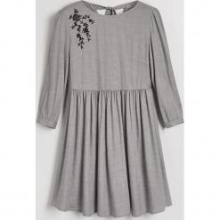 Sukienka z haftowanymi kwiatami Little Princess - Jasny szar. Szare sukienki z falbanami marki Mohito, z haftami. Za 129,99 zł.