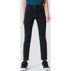 Rut&Circle Jeansy Louisa Black - Black. Zielone jeansy damskie marki Rut&Circle, z dzianiny, z okrągłym kołnierzem. Za 202,95 zł.