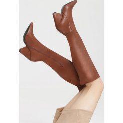 Camelowe Kozaki Body Talk. Brązowe buty zimowe damskie marki Kazar, ze skóry, przed kolano, na wysokim obcasie. Za 139,99 zł.