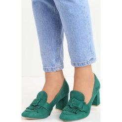 Zielone Czółenka Merrick. Zielone buty ślubne damskie marki Born2be, w paski, ze skóry, z okrągłym noskiem, na słupku. Za 39,99 zł.