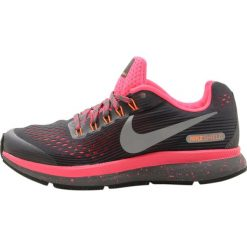 Nike Performance ZOOM PEGASUS 34 SHIELD  Obuwie do biegania treningowe dark grey/reflect silver/racer pink/black. Czerwone buty sportowe dziewczęce Nike Performance, z materiału, do biegania. W wyprzedaży za 239,40 zł.
