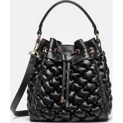 Czarna torebka damska. Czarne torebki klasyczne damskie Kazar, w paski, ze skóry, pikowane. Za 849,00 zł.