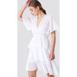 NA-KD Boho Sukienka z trójwarstwową falbanką - White. Niebieskie sukienki boho marki NA-KD Boho, na imprezę, w koronkowe wzory, z koronki, na ramiączkach, mini. Za 161,95 zł.
