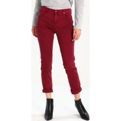 S.Oliver RED LABEL SHAPE Jeansy Slim Fit beaujolais. Czerwone jeansy damskie marki s.Oliver RED LABEL. W wyprzedaży za 129,50 zł.