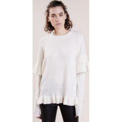 DESIGNERS REMIX SYDNI RUFFLE Sweter ivory. Białe swetry klasyczne damskie marki DESIGNERS REMIX, z elastanu, polo. W wyprzedaży za 395,55 zł.