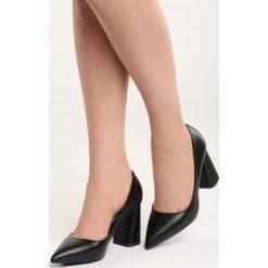 Czarne Czółenka Night With Me. Czarne buty ślubne damskie Born2be, ze szpiczastym noskiem. Za 79,99 zł.