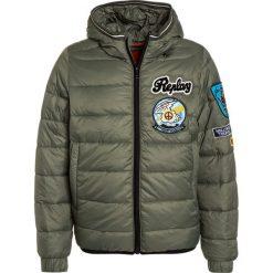 Replay Kurtka zimowa sage green. Zielone kurtki chłopięce zimowe marki Replay, z bawełny. W wyprzedaży za 471,75 zł.