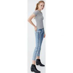 Jeansy mom fit z przeszyciami z boku. Niebieskie jeansy damskie relaxed fit marki Pull&Bear. Za 139,00 zł.