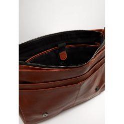 Still Nordic CLEAN LARGE MESSENGER Torba na ramię cognac. Brązowe torby na ramię męskie marki Kazar, ze skóry, przez ramię, małe. Za 809,00 zł.