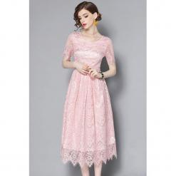 Sukienka w kolorze jasnoróżowym. Czerwone sukienki koronkowe marki Zeraco, w koronkowe wzory, z dekoltem na plecach, midi, rozkloszowane. W wyprzedaży za 289,95 zł.