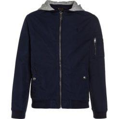 Polo Ralph Lauren OUTERWEAR Kurtka przejściowa newport navy. Niebieskie kurtki chłopięce przejściowe marki Polo Ralph Lauren, z bawełny. W wyprzedaży za 367,20 zł.