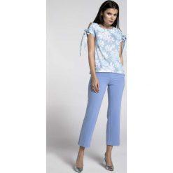 Kwiatowa Bluzka z Wiązanymi Rękawami. Niebieskie bluzki asymetryczne Molly.pl, l, z jeansu, biznesowe, z kokardą, z krótkim rękawem. Za 128,90 zł.