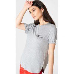 Rut&Circle T-shirt z haftem Novalie - Grey. Zielone t-shirty damskie marki Rut&Circle, z dzianiny, z okrągłym kołnierzem. W wyprzedaży za 32,38 zł.