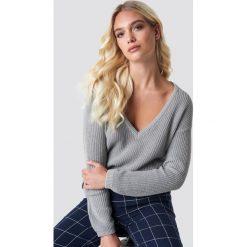 NA-KD Sweter z głębokim dekoltem V - Grey. Szare swetry klasyczne damskie NA-KD, dekolt w kształcie v. Za 121,95 zł.