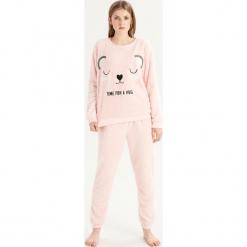 Pluszowa piżama z misiem - Różowy. Czerwone piżamy damskie Sinsay. Za 79,99 zł.