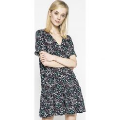 Answear - Sukienka Wild Nature. Szare sukienki mini marki ANSWEAR, na co dzień, m, z tkaniny, casualowe, z krótkim rękawem. W wyprzedaży za 89,90 zł.