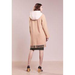Club Monaco KADEEJAH COAT Płaszcz zimowy camel. Czerwone płaszcze damskie wełniane marki Cropp, na zimę, l. W wyprzedaży za 679,60 zł.
