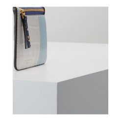Tory Burch COLOR BLOCK TOP ZIP CARD CASE Portfel blue wild pansy. Niebieskie portfele damskie Tory Burch. Za 549,00 zł.