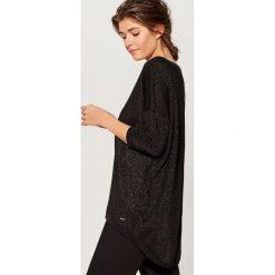 Sweter z metaliczną nitką - Czarny. Czarne swetry klasyczne damskie marki Mohito, m. Za 99,99 zł.