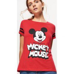 Koszulka z nadrukiem MICKEY MOUSE - Czerwony. Czerwone t-shirty damskie marki Cropp, l, z motywem z bajki. Za 39,99 zł.