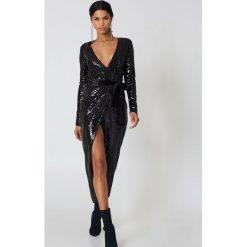 Długie sukienki: Rebecca Stella Kopertowa sukienka z cekinami - Black