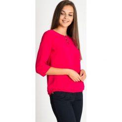 Malinowa bluzka bombka z koralikami przy dekolcie QUIOSQUE. Czerwone bluzki asymetryczne QUIOSQUE, w kolorowe wzory, z tkaniny, biznesowe. Za 139,99 zł.