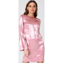 Sukienki: NA-KD Party Metaliczna sukienka mini z marszczonym rękawem – Pink