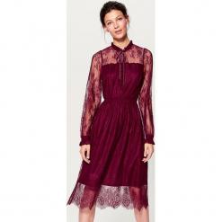 Koronkowa sukienka ze stójką - Bordowy. Czerwone sukienki koronkowe marki Mohito. Za 139,99 zł.