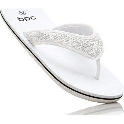 Klapki japonki bonprix biały. Białe crocsy damskie marki bonprix. Za 37,99 zł.