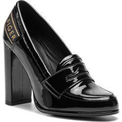 Półbuty TOMMY HILFIGER - Iconic Patent Loafer FW0FW04003  Black 990. Czarne półbuty damskie lakierowane marki TOMMY HILFIGER, z materiału, z okrągłym noskiem, na obcasie. Za 649,00 zł.