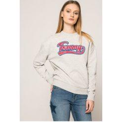Tommy Jeans - Bluza. Szare bluzy damskie marki Tommy Jeans, l, z aplikacjami, z bawełny, bez kaptura. W wyprzedaży za 249,90 zł.