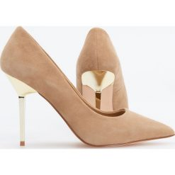 Skórzane czółenka na wysokim obcasie - Beżowy. Brązowe buty ślubne damskie Reserved, na wysokim obcasie. Za 249,99 zł.