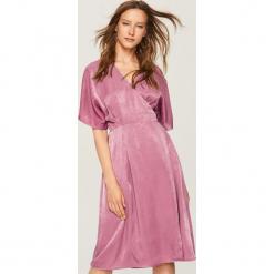 Sukienka o satynowym połysku - Różowy. Różowe sukienki marki numoco, l, z dekoltem w łódkę, oversize. W wyprzedaży za 59,99 zł.