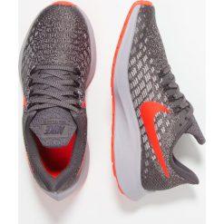 Nike Performance AIR ZOOM PEGASUS 35 Obuwie do biegania treningowe thunder grey/bright crimson. Szare buty sportowe chłopięce marki Nike Performance, z materiału. Za 359,00 zł.