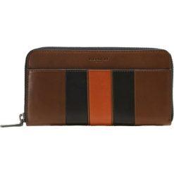 Coach MODERN VARSITYSTRIPE ACCORDION Portfel dark saddle/black. Brązowe portfele męskie Coach. W wyprzedaży za 681,45 zł.