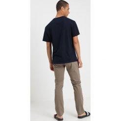 Tommy Jeans ESSENTIAL SLIM  Chinosy grey. Brązowe chinosy męskie Tommy Jeans, z bawełny. Za 379,00 zł.
