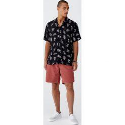 Koszula z wiskozy z podwójnym nadrukiem. Czarne koszule męskie Pull&Bear, m, z nadrukiem, z wiskozy, z podwójnym kołnierzykiem. Za 62,90 zł.