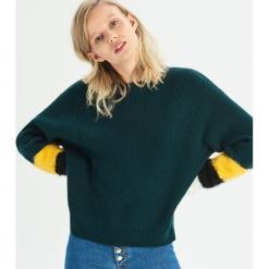 Sweter z kolorową aplikacją - Khaki. Brązowe swetry klasyczne damskie Sinsay, l. Za 59,99 zł.