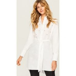 Długa koszula z biżuteryjną ozdobą - Biały. Białe koszule damskie marki Reserved, z długim rękawem. Za 89,99 zł.