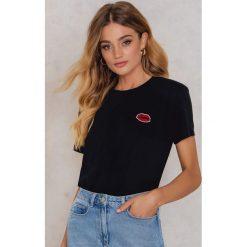 T-shirty damskie: Kristin Sundberg for NA-KD T-shirt Red Lips – Black