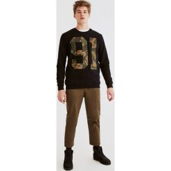 Bluza w moro. Szare bluzy męskie marki Pull & Bear, okrągłe. Za 59,90 zł.