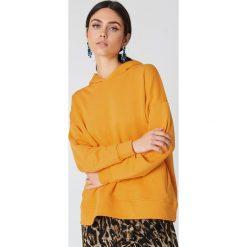 Bluzy damskie: NA-KD Trend Bluza z kapturem z drapowanym rękawem - Orange