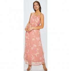 Vero Moda - Sukienka Rome. Różowe długie sukienki marki Vero Moda, na co dzień, l, z poliesteru, casualowe, z okrągłym kołnierzem, na ramiączkach, rozkloszowane. Za 169,90 zł.