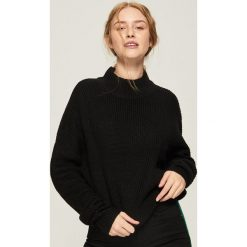 Sweter z geometrycznym wzorem - Czarny. Czarne swetry klasyczne damskie Sinsay, l. Za 49,99 zł.