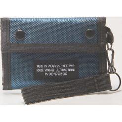 Materiałowy portfel z brelokiem - Niebieski. Niebieskie portfele męskie marki House, z materiału. W wyprzedaży za 19,99 zł.