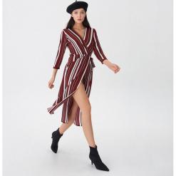 Kopertowa sukienka w paski - Paski. Szare sukienki marki House, l, w paski, z kopertowym dekoltem, kopertowe. Za 119,99 zł.
