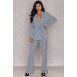 Spodnie z wysokim stanem: Hannalicious x NA-KD Spodnie garniturowe bootcut – Grey