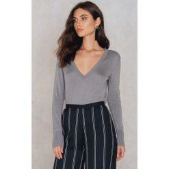 Swetry oversize damskie: NA-KD Sweter z dzianiny z dekoltem V - Grey