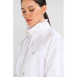 Liu Jo Jeans DAFNE Kurtka wiosenna white. Białe bomberki damskie Liu Jo Jeans, m, z jeansu. W wyprzedaży za 482,30 zł.
