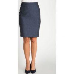 Granatowa melanżowa dopasowana spódnica QUIOSQUE. Białe spódnice wieczorowe marki QUIOSQUE, l, z tkaniny, dopasowane. W wyprzedaży za 69,99 zł.